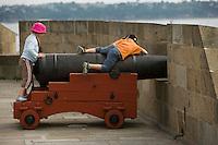 Europe/France/Bretagne/35/Ille et Vilaine/Saint-Malo: Enfants jouant sur les canons des remparts de la vieille ville Intramuros