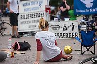 """Bilderberg-Treffen in Dresden.<br /> Verschiedene Rechte, Nazis, Pegida-Teilnehmer und Anhaenger von Verschwoerungstheorien protestierten am Samstag den 11. Juni 2016 in Dresden gegen ein Treffen der sog. """"Bilderberger"""" im Taschenberg Palais. Bei diesem Treffen, das seit 1954 stattfindet, versammeln sich Regierungenangehoerige, Mitglieder wichtiger Think-Tanks und Industrielle verschiedener westlicher Staaten zu einem geheimen Treffen um sich auszutauschen. Ergebnisse dieser Treffen werden nicht veroeffentlicht.<br /> Im Bild: Teilnehmer eine Mahnwache, auf der esotherische und religioese Redengehalten werden.<br /> 11.6.2016, Dresden<br /> Copyright: Christian-Ditsch.de<br /> [Inhaltsveraendernde Manipulation des Fotos nur nach ausdruecklicher Genehmigung des Fotografen. Vereinbarungen ueber Abtretung von Persoenlichkeitsrechten/Model Release der abgebildeten Person/Personen liegen nicht vor. NO MODEL RELEASE! Nur fuer Redaktionelle Zwecke. Don't publish without copyright Christian-Ditsch.de, Veroeffentlichung nur mit Fotografennennung, sowie gegen Honorar, MwSt. und Beleg. Konto: I N G - D i B a, IBAN DE58500105175400192269, BIC INGDDEFFXXX, Kontakt: post@christian-ditsch.de<br /> Bei der Bearbeitung der Dateiinformationen darf die Urheberkennzeichnung in den EXIF- und  IPTC-Daten nicht entfernt werden, diese sind in digitalen Medien nach §95c UrhG rechtlich geschuetzt. Der Urhebervermerk wird gemaess §13 UrhG verlangt.]"""