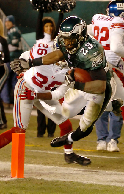 Philadlephia Eagles player (?) scores in the first quarter against the Washington Redskins in Philadelphia, January 1, 2006. REUTERS/Bradley C Bower.