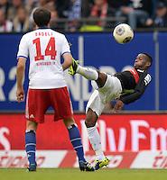 FUSSBALL   1. BUNDESLIGA   SAISON 2013/2014   9. SPIELTAG Hamburger SV - VfB Stuttgart                               20.10.2013 Ibrahima Traore (re, VfB Stuttgart) spielt ganz huebsch den Ball, Milan Badelj (li, Hamburger SV) schaut dieser Aktion zu
