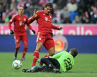 FUSSBALL   1. BUNDESLIGA  SAISON 2011/2012   21. Spieltag FC Bayern Muenchen - 1. FC Kaiserslautern       11.02.2012 Mario Gomez (li, FC Bayern Muenchen) gegen Kevin Trapp (1. FC Kaiserslautern)
