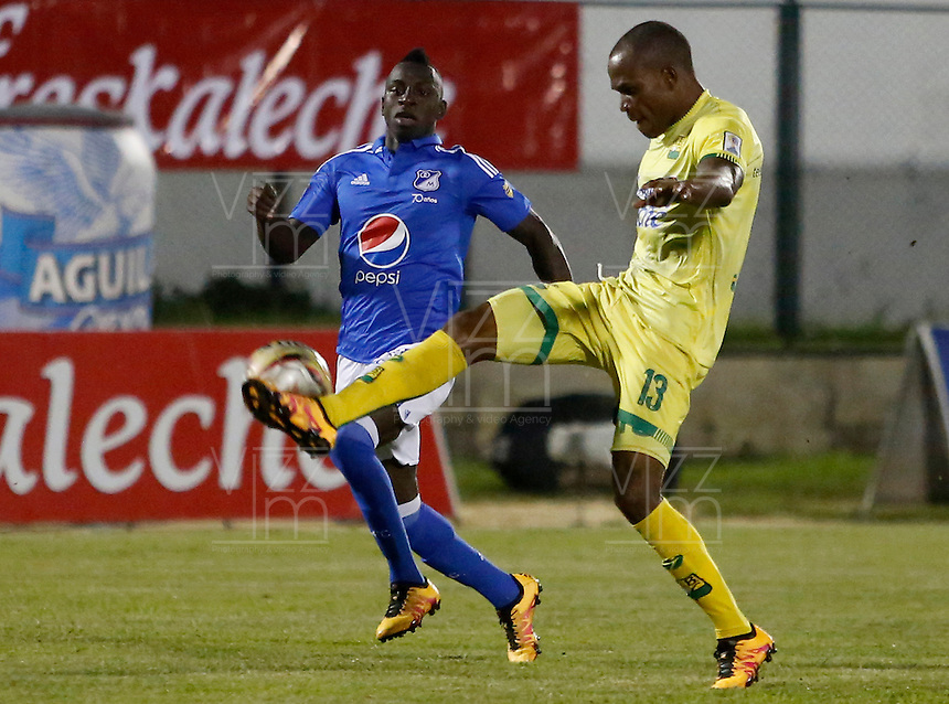 BUCARAMANGA-COLOMBIA-23-04-2016. Jair E. Palacios (Der) jugador del Atlético Bucaramanga disputa el balón con Deiver Machado (Izq) jugador de Millonarios durante partido por la fecha 14 de la Liga Águila I 2016 jugado en el estadio Alfonso López de la ciudad de Bucaramanga./ Jair E. Palacios (R) player of Atletico Bucaramanga struggles the ball with Deiver Machado (L) player of Millonarios during match for the date 14 of the Aguila League I 2016 played at Alfonso Lopez stadium in Bucaramanga city. Photo: VizzorImage / Duncan Bustamante / Cont