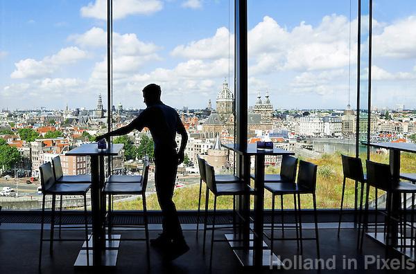 Nederland Amsterdam 2016 .Personeel aan het werk in het Hilton DoubleTree Hotel.  Skylounge.  Foto Berlinda van Dam / Hollande Hoogte