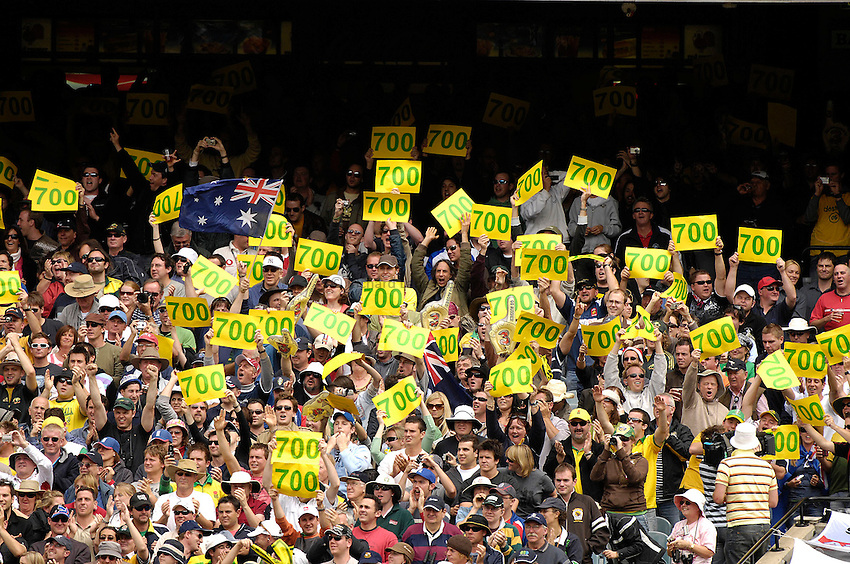 Photo: Steve Holland..Australia v England. 3 mobile Test Series, The Ashes 2006/07, 4th Test. 26/12/2006..Australian fans celebrates after Shane Warne takes his 700th wicket.