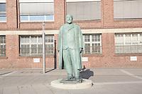 Statue von Adam Opel am Bahnhof Rüsselsheim
