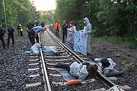 """Klimacamp """"Ende Gelaende"""" bei Elsterheide in der brandenburgischen Lausitz.<br /> Mehrere tausend Klimaaktivisten  aus Europa wollen zwischen dem 13. Mai und dem 16. Mai 2016 mit Aktionen den Braunkohletagebau blockieren um gegen die Nutzung fossiler Energie zu protestieren.<br /> Im Bild: Klimaaktivsten aus Schweden, Oesterreich, Finnland, und Deutschland habe sich in Brandenburg auf den Schienen einer Kohletransportstrecke angekettet haben um sie zu blockieren. Ein saechsischer Polizeifuehrer spricht sie an und erklaert ihenen, dass sie eine strafbare Handlung begangen haben und festgenommen werden. Direkt nach diesen Aufnahmen untersagt der Polizeifuerer dem Fotografen jegliche Fotoaufnahmen, auf denen Polizeibeamte zu sehen sein koennen.<br /> 13.5.2016, Elsterheide/Brandenburg<br /> Copyright: Christian-Ditsch.de<br /> [Inhaltsveraendernde Manipulation des Fotos nur nach ausdruecklicher Genehmigung des Fotografen. Vereinbarungen ueber Abtretung von Persoenlichkeitsrechten/Model Release der abgebildeten Person/Personen liegen nicht vor. NO MODEL RELEASE! Nur fuer Redaktionelle Zwecke. Don't publish without copyright Christian-Ditsch.de, Veroeffentlichung nur mit Fotografennennung, sowie gegen Honorar, MwSt. und Beleg. Konto: I N G - D i B a, IBAN DE58500105175400192269, BIC INGDDEFFXXX, Kontakt: post@christian-ditsch.de<br /> Bei der Bearbeitung der Dateiinformationen darf die Urheberkennzeichnung in den EXIF- und  IPTC-Daten nicht entfernt werden, diese sind in digitalen Medien nach §95c UrhG rechtlich geschuetzt. Der Urhebervermerk wird gemaess §13 UrhG verlangt.]"""