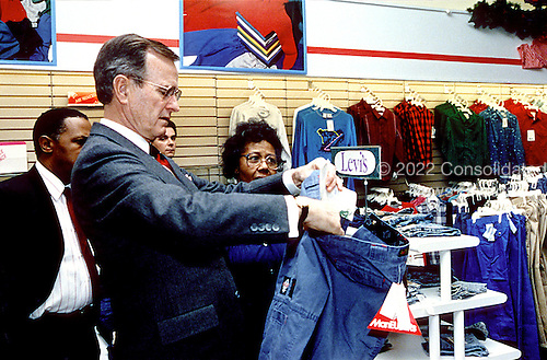 Washington, D.C. - December 14, 1989 -- United States President George H.W. Bush goes Christmas shopping at a local Washington, D.C. shopping center on December 14, 1989..Credit: Carol T. Powers - White House via CNP