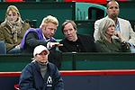 Tennis am Rothenbaum<br /> <br /> Masters Series Hamburg<br /> <br /> Lleyton Hewitt AUS vs Roger Federer AUT<br /> <br /> Roger Federer besiegt Lleyton Hewitt haushoch ueberlegen in zwei Saetzen. <br /> <br /> Boris Becker redet mit Guenter Netzer, der seine Frau zum Tennis mitgebracht hat.<br /> <br /> Foto: nordphoto / Anja Heinemann *** Local Caption ***