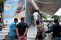 Exame dermatológico de cancer de pele. Rio de Janeiro. 2010. Foto de Luciana Whitaker.