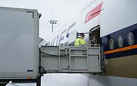 Beladung und Reinigung des A380 von Singapore Airlines auf dem Frankfurter Flughafen - Frankfurt 23.10.2019: Schüler machen Zeitung bei Singapore Airlines