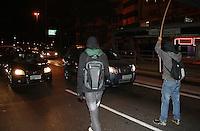 """SAO PAULO, SP, 01.08.2013 - PROTESTO/SAO PAULO - Policiais tentam conter protesto contra o governador de São Paulo, Geraldo Alckmin, e em apoio aos protestos no Rio de Janeiro, na Avenida Paulista, no centro da capital paulista, nesta quinta-feira. A manifestação também é um """"ato de apoio"""" ao questionamento de onde está o pedreiro Amarildo Souza, desaparecido no Rio de Janeiro desde o dia 14. (Foto: Mauricio Camargo / Brazil Photo Press)."""
