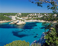 Spain, Balearic Islands, Menorca, Cala De Santa Galdana: bay, beach and resort in the South | Spanien, Balearen, Menorca, Cala De Santa Galdana: Bucht, Strand und Feriensiedlung im Sueden