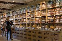 France, Provence-Alpes-Côte d'Azur, Saint-Paul de Vence: medieval town, honey, jam and marmelade specialities | Frankreich, Provence-Alpes-Côte d'Azur, Saint-Paul de Vence: mittelalterliches Staedtchen, Delikatessengeschaeft mit grosser Auswahl an Honig und Marmeladen