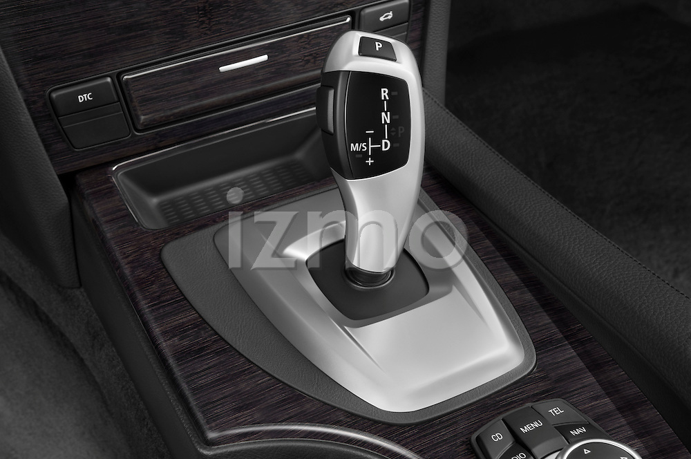 Gear shift detail view of a 2009 BMW 5 Series 528