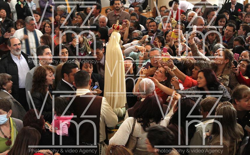 BOGOTA -COLOMBIA.13-05-2014. El Mundo catolico celebro el dia de La Virgen y en la Catedral Primada de Bogotá Monseñor Hector Cubillos Peña obispo de Zipaquira y Los Caballeros de La Virgen de Fatima  ofrecieron la eucaristia a los cientos de fieles que asistieron a la ceremonia. / . The Catholic World celebrated the day of La Virgen and the Cathedral of Bogota Monsignor Hector Peña Bishop Cubillos of  Zipaquira and The Knights of Our Lady of Fatima gave the Eucharist to the hundreds of faithful who attended the ceremony  Photo: VizzorImage/ Felipe Caicedo / Staff