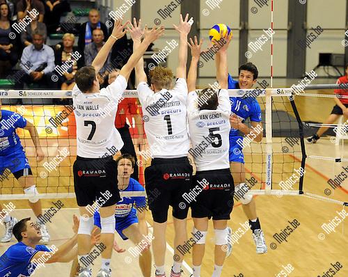 2012-10-20 / Volleybal / Seizoen 2012-2013 / Antwerpen - Roeselare / Van Walle, Wohlfahrtstatter en Van Gendt met het blok tegen Gertjan Claes van Roeselare..Foto: Mpics.be