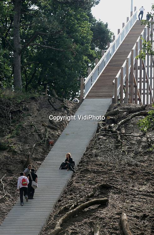 Foto: VidiPhoto..OTTERLO - Vanaf woensdag kunnen bezoekers van het Kröller-Müller Museum in Otterlo uitkijken over de Hoge Veluwe via een 80 meter hoge trap. De trap gaat tussen de bomen door, is 250 meter in lengte en telt 280 treden. Het.onderste deel is beton en verder van gerecycled hout. Kunstenaar Krijn Giezen is de bedenker van het project dat 575.000 euro heeft gekost. Volgende week zaterdag is de officiële opening. Hoofdaannemer is Houtconstructie-Ede BV.