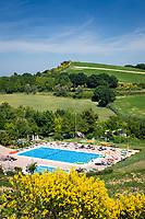 Italien, Marken, bei Fiorenzuola di Focara: Freibad an der Strada Panoramica del San Bartolo (SP44) im Parco Naturale Monte San Bartolo, wenige Kilometer suedlich von Cattolica (Emilia-Romagna) | Italy, Marche, near Fiorenzuola di Focara: open air pool at Strada Panoramica del San Bartolo (SP44) at Parco Naturale Monte San Bartolo, a few kilometers south of Cattolica (Emilia-Romagna)