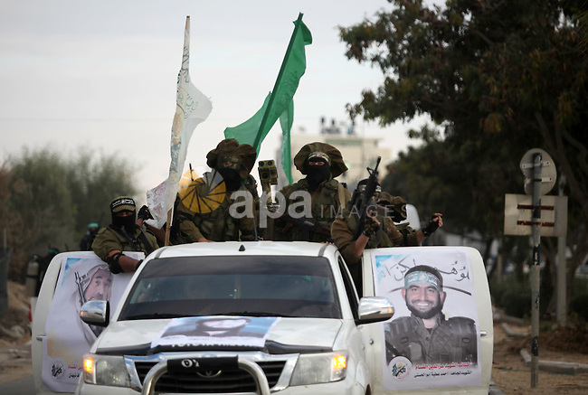 Members of the Ezzedine al-Qassam Brigades, the military wing of the Palestinian Islamist movement Hamas, take part in a rally marking the 29th anniversary of Hamas foundation, in Jabalia in the northern of Gaza Strip, on December 08, 2016. Photo by Ashraf Amra