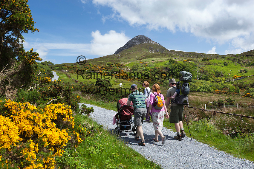 Ireland, County Galway, Connemara National Park, near Letterfrack: Diamond Hill with families beginning ascent | Irland, County Galway, Connemara National Park, bei Letterfrack: Familie beim Aufstieg zum Diamond Hill