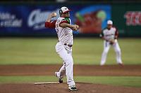 Miguel Peña pitcher inicial de Mexico  hace lanzamientos hacia la receptora de Sebastian Valle en el primer inning, durante el segundo partido semifinal de la Serie del Caribe en el nuevo Estadio de  los Tomateros en Culiacan, Mexico, Lunes 6 Feb 2017. Foto: AP/Luis Gutierrez