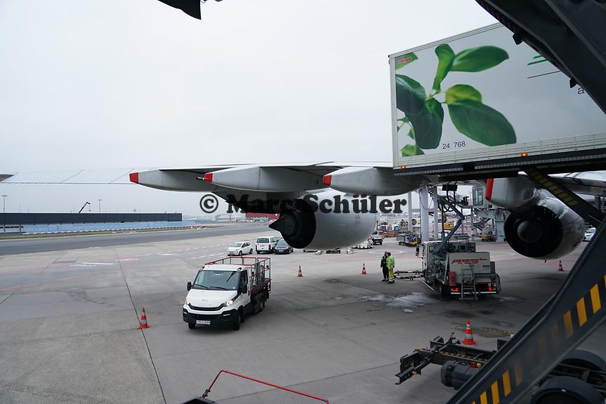 Beladung und Tanken des A380 von Singapore Airlines auf dem Frankfurter Flughafen - Frankfurt 23.10.2019: Schüler machen Zeitung bei Singapore Airlines