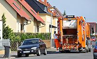 Reportage Journal - Unterwegs mit den Männern von der Abfallentsorgung - im Bild: Die Tonne ist leer - auf geht's zum nächsten Container . Foto: Norman Rembarz..