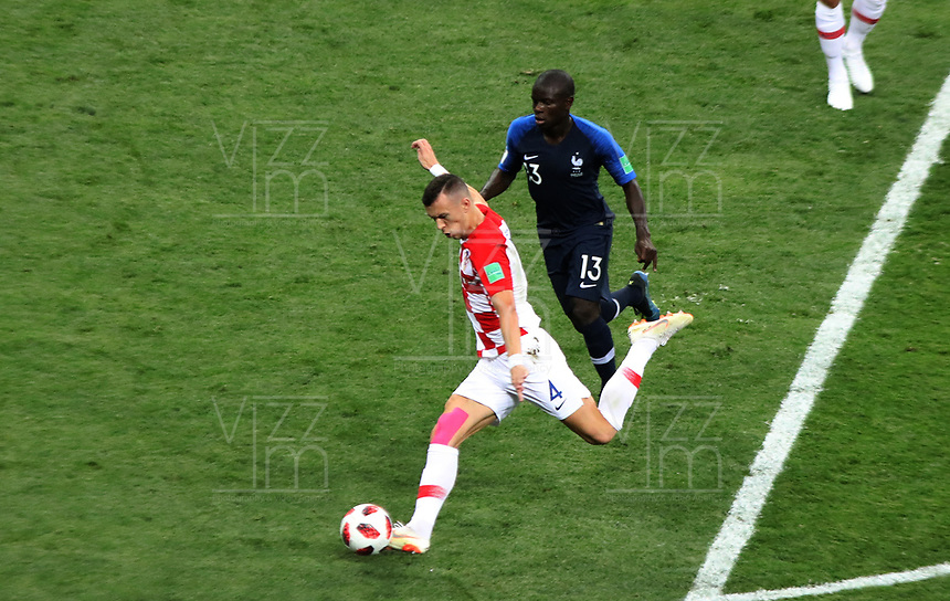 MOSCU - RUSIA, 15-07-2018: Ngolo KANTE (Der) jugador de Francia disputa el balón con Ivan PERISIC (Izq) jugador de Croacia durante partido por la final de la Copa Mundial de la FIFA Rusia 2018 jugado en el estadio Luzhnikí en Moscú, Rusia. / Ngolo KANTE (R) player of France fights the ball with Ivan PERISIC (L) player of Croatia during match of the final for the FIFA World Cup Russia 2018 played at Luzhniki Stadium in Moscow, Russia. Photo: VizzorImage / Cristian Alvarez / Cont