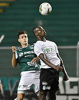 PALMIRA - COLOMBIA, 21-08-2019: Juan Ignacio Dinenno del Cali disputa el balón con Baldomero Perlaza de Nacional durante partido entre Deportivo Cali y Atlético Nacional por la fecha 7 de la Liga Águila II 2019 jugado en el estadio Deportivo Cali de la ciudad de Palmira. / Juan Ignacio Dinenno of Cali vies for the ball with Baldomero Perlaza of Nacional during match between Deportivo Cali and Atletico Nacional for the date 7 as part Aguila League II 2019 played at Deportivo Cali stadium in Palmira city. Photo: VizzorImage / Gabriel Aponte / Staff