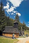Polana Chochołowska , drewniana kaplica w stylu góralskim, św. Jana Chrzciciela należąca do parafii Matki Boskiej Szkaplerznej w Witowie