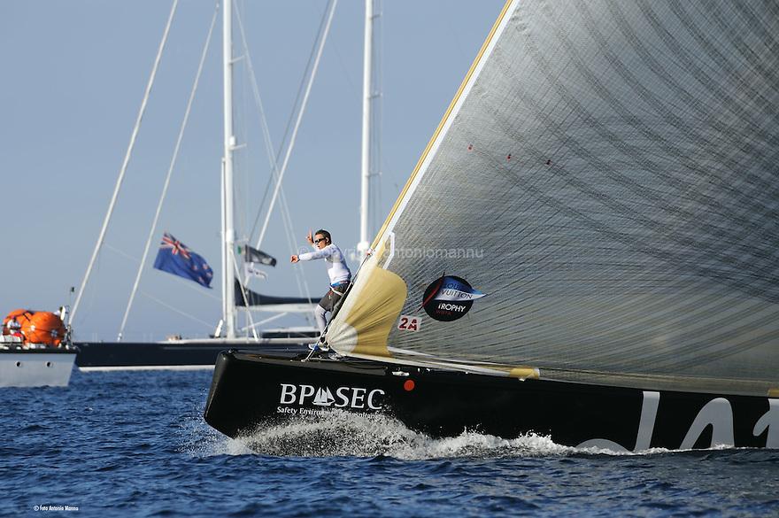 Louis Vuitton Trophy La Maddalena 4 giugno 2010. Il prodiere di Artemis da il tempo al timoniere durante la partenza di una regata della semifinale con Emirates Team New Zealand