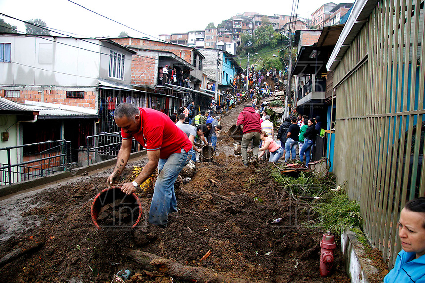 MANIZALES - COLOMBIA - 19 – 04 - 2017: Aspectos de los deslizamientos producidos por las fuertes lluvias que dejan hasta el momento 17 muertos y 22 desaparecidos. Fueron 80 viviendas y cerca de 500 familias de 16 barrios de la ciudad en los sectores de Aranjuez, Persia y Gonzales entre otros. / Aspects of the landslides made by the heavy rains that left, until now, 17 dead and 22 missing. Were 80 houses and near of 500 families from 16 neighborhoods of the city inthe  sectors of Aranjuez, Persian and Gonzalez among others.  Photo: VizzorImage / Santiago Osorio  / Cont.