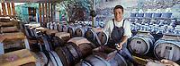 """Europe/France/Languedoc-Roussillon/66/Pyrénées-Orientales/Port-Vendres : Vinaigrerie """"La Guinelle"""", Nathalie Herre et les fûts de chêne"""