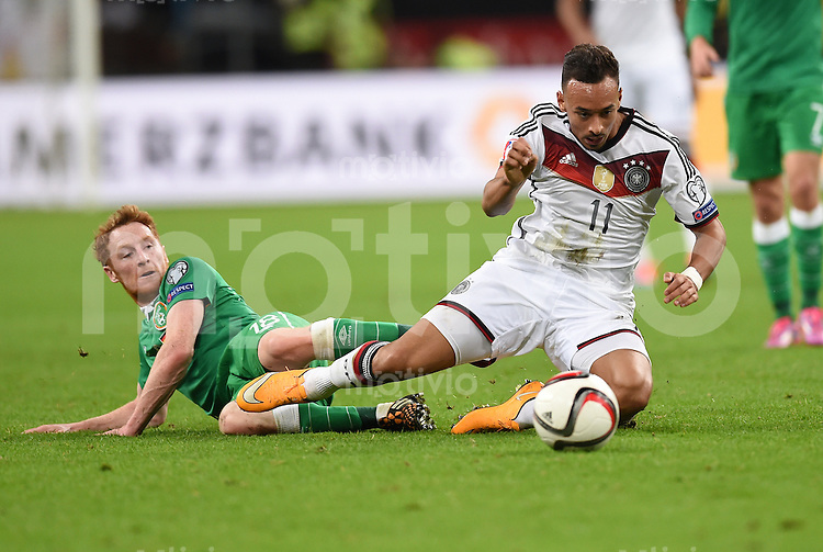 Fussball International EM 2016-Qualifikation  Gruppe D  in Gelsenkirchen 14.10.2014 Deutschland - Irland Stephen Quinn (Irland links) gegen Karim Bellarabi (Deutschland)