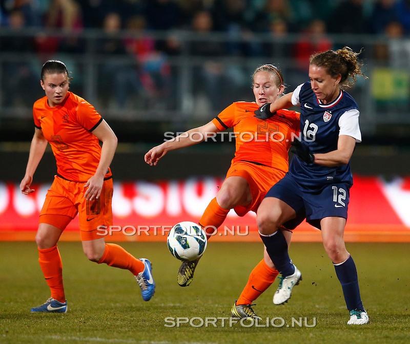 Nederland, Den Haag, 9 april 2013.Oefeninterland.Nederland-Verenigde Staten (dames) (1-3).Lauren Cheney (r.) van de Verenigde Staten en Sylvia Smit strijden om de bal