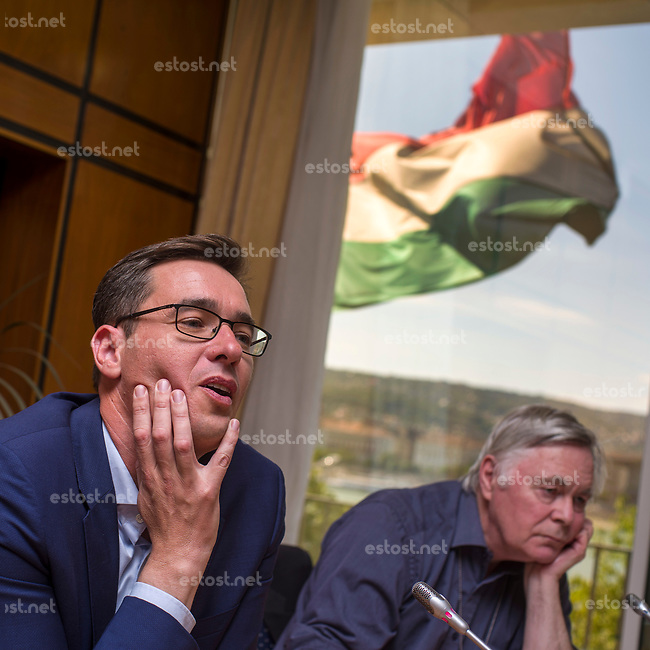 UNGARN, 10.2019, Budapest V. Bezirk. Der Oberbuergermeister-Kandidat der vereinten Opposition, Gergely Karácsony, und der britische Journalist Kester Eddy im Pressegespraech. Draussen weht die ungarische Flagge. Die Stadtratswahl findet am 13. Oktober statt. | Joint opposition Lord mayor candidate Gergely Karacsony with British journalist Kester Eddy during a press talk. Outside the Hungarian flag is flying. Local elections take place on October 13.<br /> © Martin Fejer/estost.net