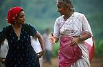 INDIA Madhya Pradesh, writer Arundhati Roy and Medha Patkar, leader of NGO Narmada Bachao Andolan, the movement against Narmada dams, at protest rally in adivasi village Domkhedi at the reservoir of Sardar Sarovar dam of Narmada river  / INDIEN Madhya Pradesh, Schriftstellerin Arundhati Roy und Medha Patkar auf einer Protestveranstaltung von Adivasi und der Bewegung zur Rettung der Narmada NBA im Adivasi Dorf Domkhedi, das am Stausee des Sardar Sarovar Damm liegt und von Ueberschwemmung bedroht ist