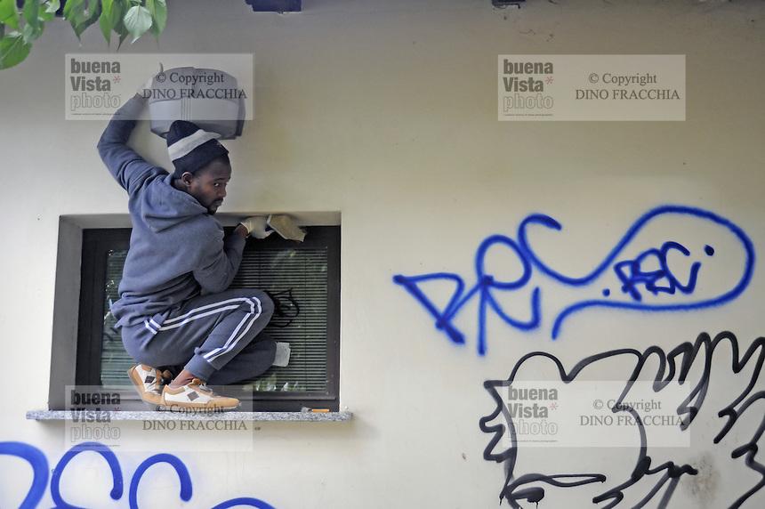 - Milano, novembre 2016, un gruppo di profughi e richiedenti asilo, nel quadro del programma di lavori volontari socialmente utili organizzato dal Comune di Milano, ripulisce i graffiti intorno al Parco delle  Basiliche<br /> <br /> - Milan, October 2016, a group of refugees and asylum seekers, in the context of socially useful volunteer work program organized by the Municipality of Milan, clean up graffiti around the Park of  Basilicas