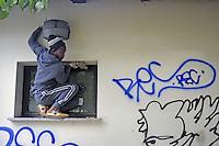 - Milano, novembre 2017, un gruppo di profughi e richiedenti asilo, nel quadro del programma di lavori volontari socialmente utili organizzato dal Comune di Milano, ripulisce i graffiti intorno al Parco delle Basiliche<br /> <br /> - Milan, November 2017, a group of refugees and asylum seekers, in the context of socially useful volunteer work program organized by the Municipality of Milan, clean up graffiti around the Park of Basilicas