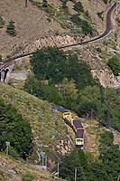 Europe/France/Languedoc-Roussillon/66/Pyrénées-Orientales/Cerdagne: Planès: Train jaune de Cerdagne sur la voirée qui le conduit au pont Gisclard ou  pont de Cassagne  en venant de Villefranche-de-Conflent