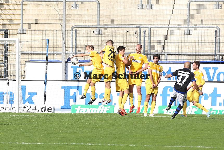 Zafer Yelen (FSV) schießt in die Mauer und es gibt Handelfmeter - FSV Frankfurt vs. VfR Aalen, Frankfurter Volksbank Stadion