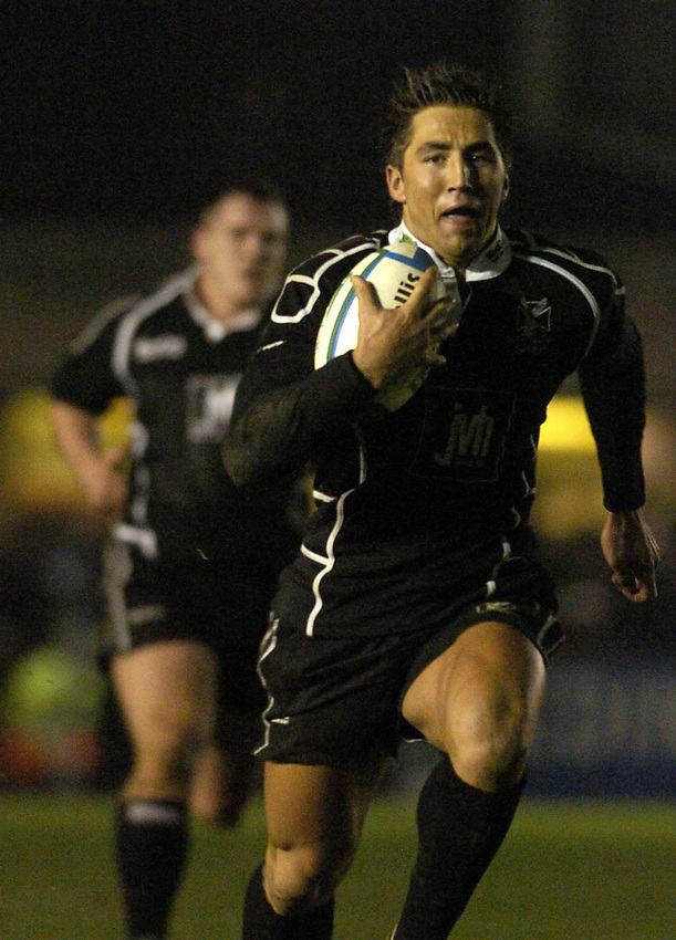Photo: Alan Crowhurst..NEC Harlequins v Neath-Swansea Ospreys. Heineken Cup. 11/12/2004..Gavin Henson carves through the Quins defence yet again.