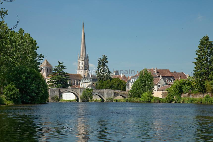 France, Vienne (86), Saint-Savin, l'abbaye, Classée au patrimoine mondial de l'UNESCO, la Gartempe et le vieux pont // France, Vienne, Saint-Savin, the abbey  listed as World Heritage by UNESCO and the old bridge over the Gartempe river