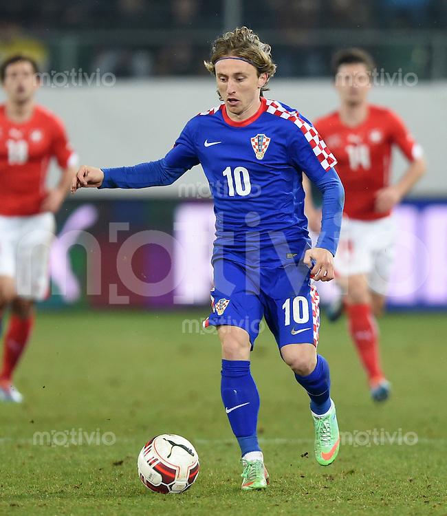 FUSSBALL INTERNATIONALES TESTSPIEL in Sankt Gallen Schweiz - Kroatien       05.03.2014 Luka Modric (Kroatien) am Ball
