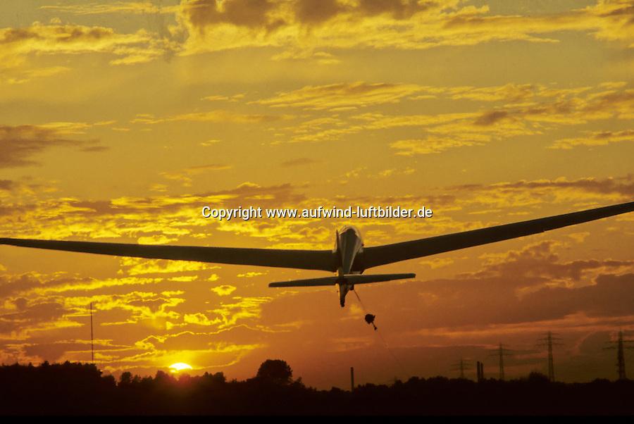Deutschland, Hamburg, Boberg, Segelflug, Windenstart, Segelflugzeug im Windenstart, Abendhimmel, Sonnenuntergang, Ka 13 im Windensyart