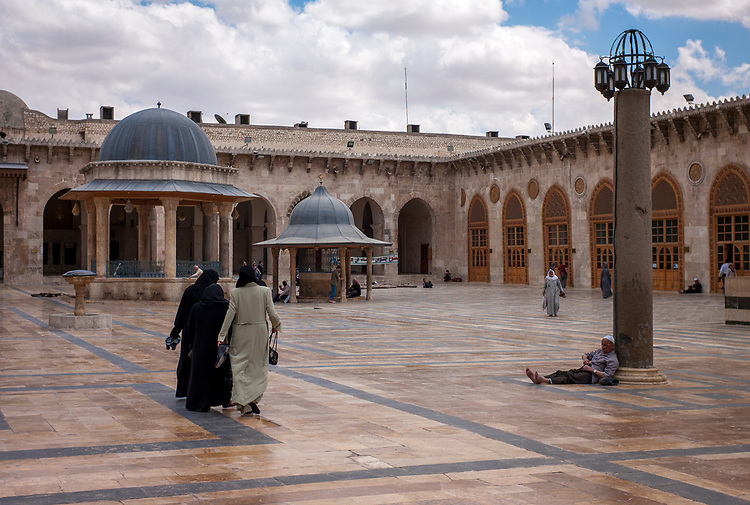 Syria. Aleppo. The Great Mosque of Aleppo. The mosque was built in the early 8th century, current buildings were built between the 11th and the 14th century. The minaret was built in 1090. The courtyard of the mosque. Syrie. Aleppo. La Grande Mosquée d'Alep. Un homme âgé assi dans la cour de la mosquée omeyyade d'Alep.