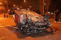 SAO PAULO, SP,15 FEVEREIRO 2012 - ACIDENTE TRANSITO - Por volta de 3:30hs na Av. Washington Luiz com Pça Lineu Gomes - Aeroporto. O motorista perdeu o controle e bateu na mureta capotando em seguida. Como o motorista não usava cinto de segurança foi arremessado para fora do veículo, motorista em estado grave foi encaminhado ao  Hospital São Paulo , o passageiro nada sofreu. FOTO: MAURICIO CAMARGO / BRAZIL PHOTO PRESS.