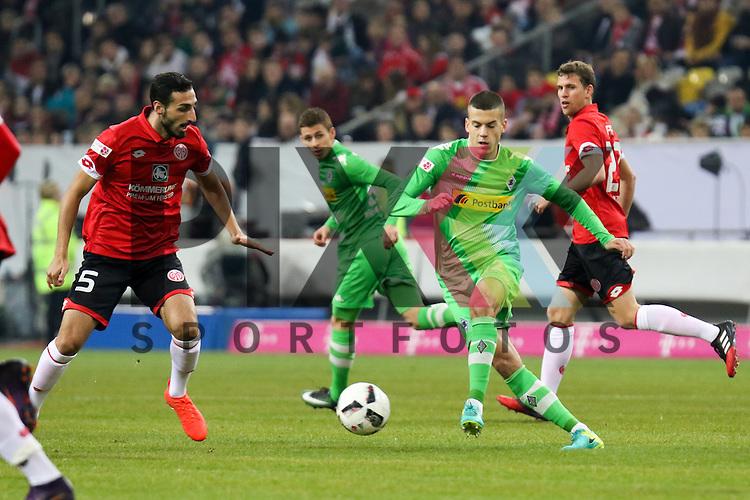 Gladbachs Lazlo Benes (Nr.22) erobert gegen Mainzer Jose Rodriguez (Nr.5) den Ball beim Telecom Cup 2017 Borussia Moenchengladbach - FSV Mainz 05.<br /> <br /> Foto &copy; PIX-Sportfotos *** Foto ist honorarpflichtig! *** Auf Anfrage in hoeherer Qualitaet/Aufloesung. Belegexemplar erbeten. Veroeffentlichung ausschliesslich fuer journalistisch-publizistische Zwecke. For editorial use only.