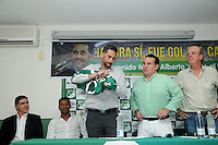 CALI - COLOMBIA- 23-04-2016: Luis F Angel, Álvaro Martínez (Der.), Presidente del Deportivo Cali, Mario Alberto Yepes (Izq.), de Colombia, es el nuevo técnico de Deportivo Cali, durante rueda de prensa en la sede del Club en Pance. Yepes, colombiano de 40 años, ex jugador de la Selección Colombia, Deportivo Cali, Cortuluá, Rionegro, Nantes, París Saint Germain (Francia), Milán, Chievo, Atalanta (Italia), River Plate, San Lorenzo (Argentina), realizó sus estudios como entrenador en territorio italiano, esta será la primera oportunidad del exjugador desde el banco para dirigir un equipo. / Luis F Angel, Álvaro Martínez (R), President of Deportivo Cali, Mario Alberto Yepes (L), of Colombia, is the new coach of Deportivo Cali, during news conference at the headquarters in Pance. Yepes, 40-year-old, former player of the national team Colombia, Deportivo Cali, Cortuluá, Rionegro Nantes, Paris Saint Germain (France), Milan, Chievo, Atalanta (Italy), River Plate, San Lorenzo (Argentina), studied coaching in Italian territory this one will be the first opportunity of the ex player from the bench, to direct a team. Photo: VizzorImage / Nelson Rios / Cont.