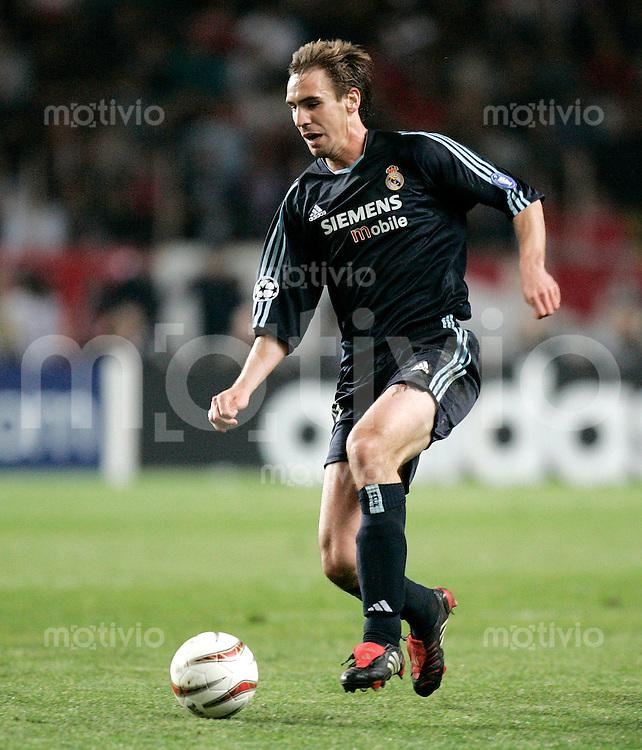 FUSSBALL Champions League 2003/2004 Viertelfinalrueckspiel AS Monaco 3-1 Real Madrid Fernandez Borja (Real) am Ball